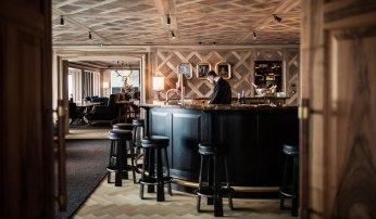 Die stimmungsvolle Bar im Almhof.